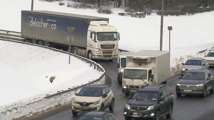 Для транзитных большегрузов временно запрещен въезд на МКАД и вылетные магистрали