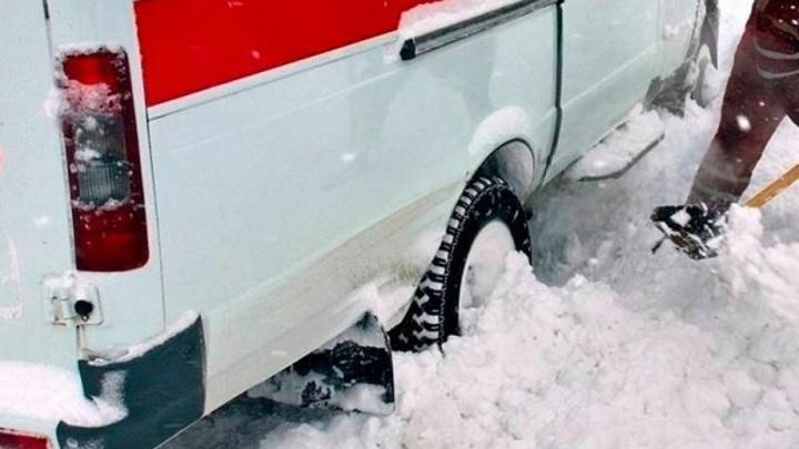 В Ставрополе скорая помощь приехала на вызов и застряла в снегу