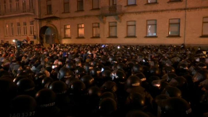 У офиса Зеленского в Киеве начались столкновения