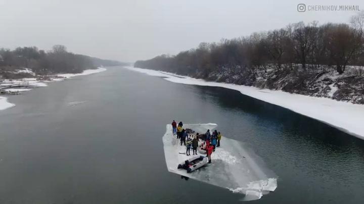 Воронежские экстремалы сплавились по Дону на дрейфующей льдине