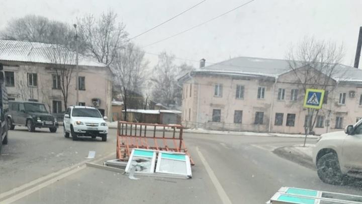 Грузовик потерял пластиковые окна на оживленном перекрестке в Воронеже