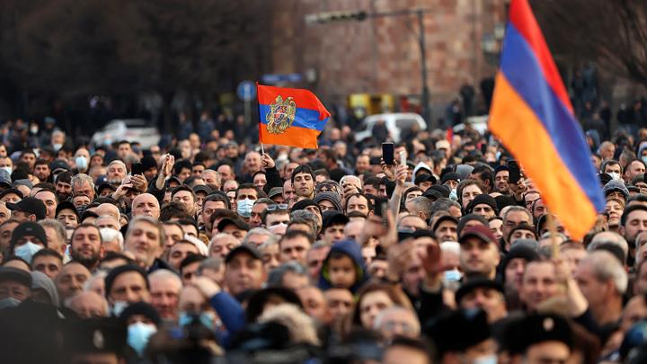 В Ереване опровергли возврат ходатайства об увольнении главы Генштаба