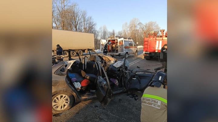 """ДТП с """"КамАЗом"""" в Башкирии: взрослого и двоих детей вытащили из покореженного авто"""