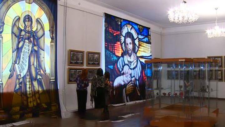 """В Пензе зал картинной галереи превратили в """"средневековый собор"""""""