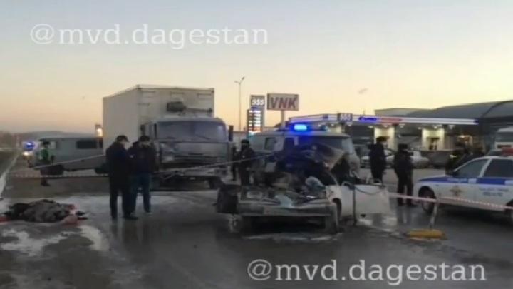 Двое погибших: грузовик смял машины, остановившиеся на трассе. Видео