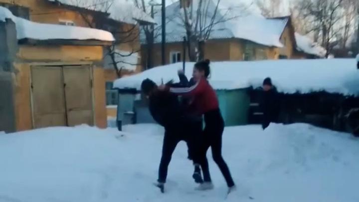 Видео драки омских школьниц выложили в Сеть
