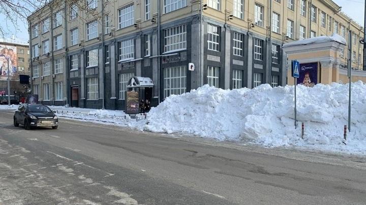 В Новосибирске для того чтобы попасть в кинотеатр, нужно преодолеть огромный сугроб