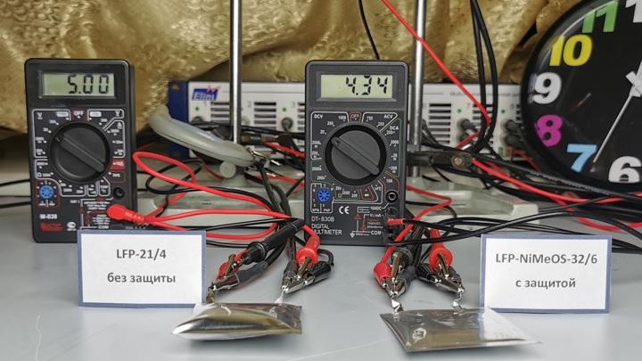 Два аккумулятора в ситуации перезаряда. Обычный аккумулятор (слева) вздулся из-за выделившихся газов и может взорваться. Аккумулятор, защищённый по новой технологии, (справа) не изменил своей формы.