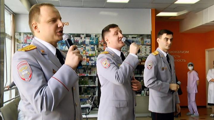 Полицейские устроили концерт для сотрудниц краевой больницы