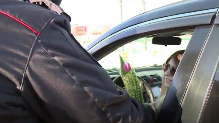 Вместо протоколов сотрудники ГИБДД вручали магаданским девушкам букеты