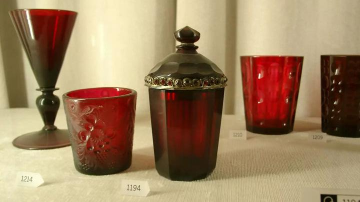 Стекло насыщенного рубинового цвета издревле производится с добавлением микрочастиц золота, которые и придают ему характерный цвет.