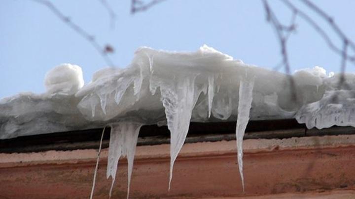 В Оренбуржье глыба льда сломала ребенку ногу
