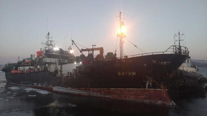 """Экипаж загоревшегося в Японском море судна """"Витим"""" поселят в гостинице Владивостока"""