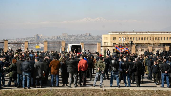 Оппозиция отреагировала на заявление об отставке премьера Армении