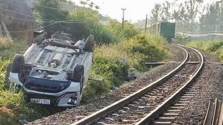 Поезд снес легковушку на переезде, погиб годовалый ребенок. Видео