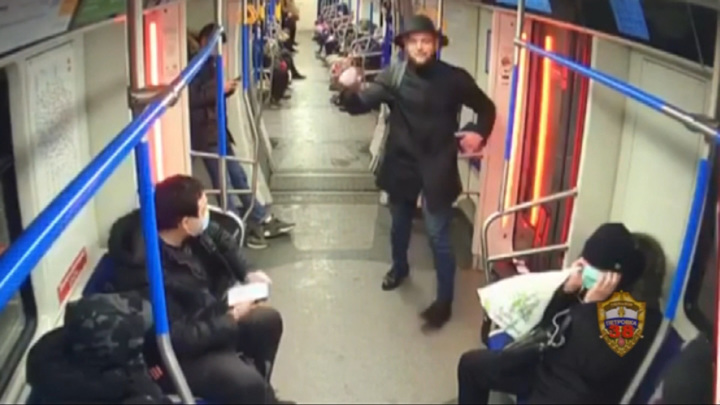 Певец избил пассажира московского метро за просьбу выключить микрофон