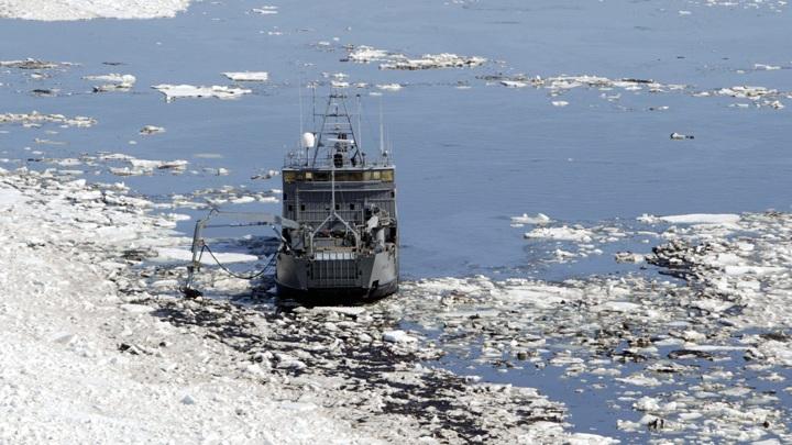 Российские военные бросили на борьбу с паводком ледокол