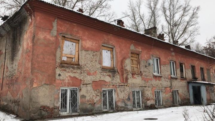 В Барнауле жильцы аварийного дома ждут расселения в затопленном подвале