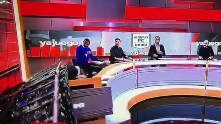 На журналиста рухнул гигантский экран во время эфира. Видео
