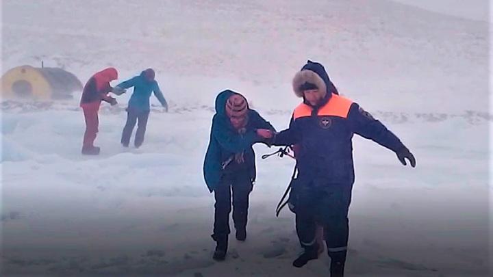 Туристов, застрявших на Байкале, спасли