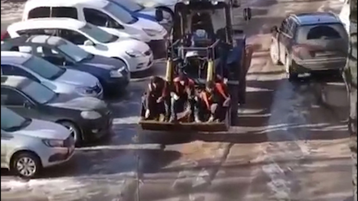 Мэрия Оренбурга прокомментировала видео с сидящими в ковше трактора коммунальщиками