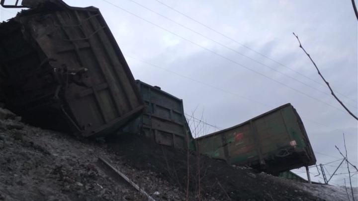 На Урале с рельсов сошли вагоны с лесом