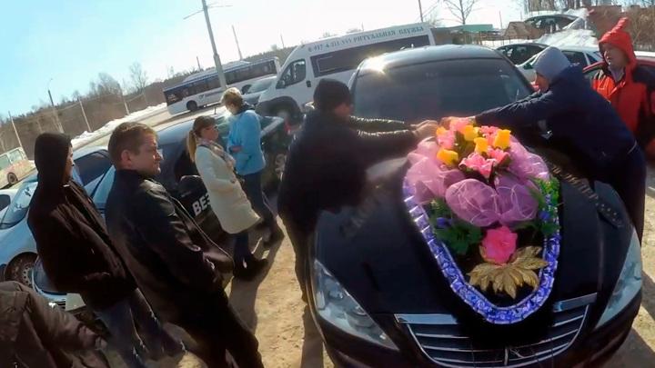 """Башкирские водители устроили """"похороны"""" местной службе такси"""
