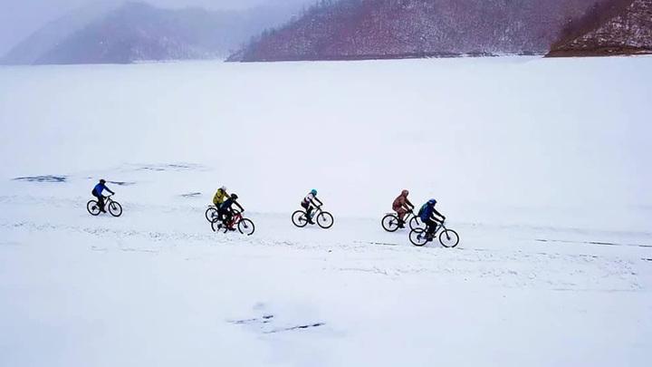 Амурские экстремалы проехали на велосипедах по Зейскому водохранилищу