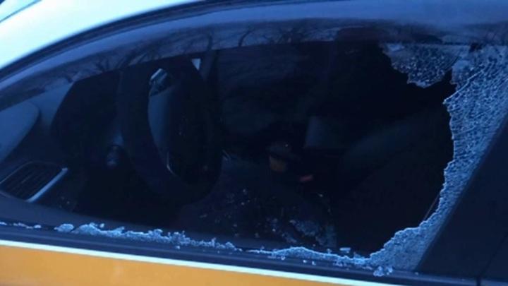 Пассажир обстрелял машину требовавшего у него платы московского таксиста