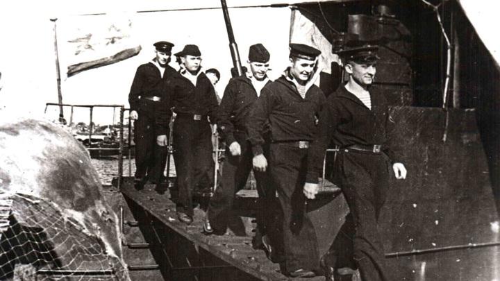 Пришли в базу... На берег спускаются: Анисимов Д.П., Титов Г.И., Борисов М.С., Долгих А.С. и Миронов Н.Ф. (июль 1942 года)