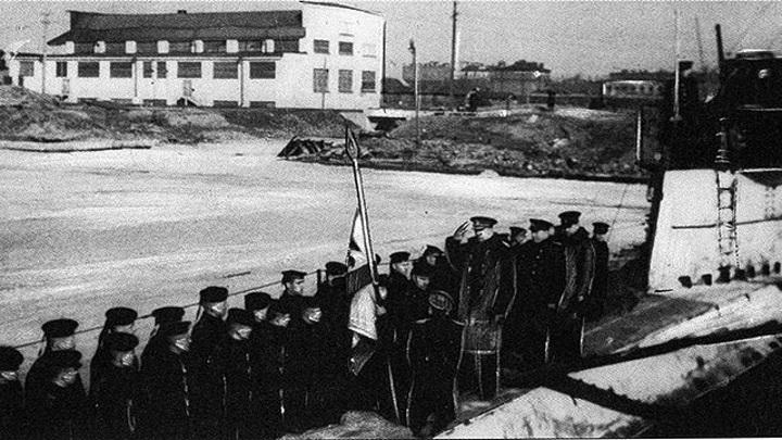 """22 марта 1943 года. Командующий КБФ В.Ф.Трибуц вручает подлодке """"Л-3"""" Гвардейский военно- морской флаг за успехи в боевых походах 1941-42 годов. Преклонил колено перед знаменем В.К.Коновалов"""