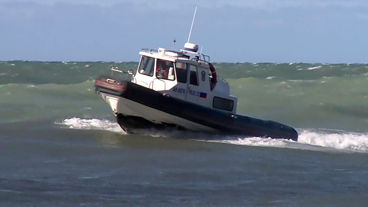В Сочи спасатели третий день ищут мужчину в море