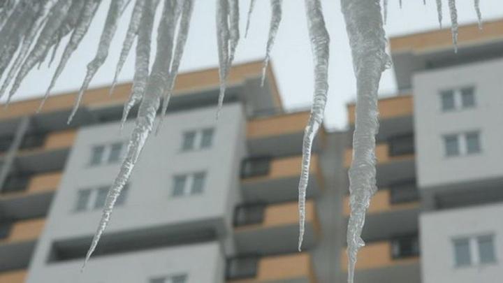 В Новосибирске рабочий упал с 15 этажа при очистке крыши от сосулек