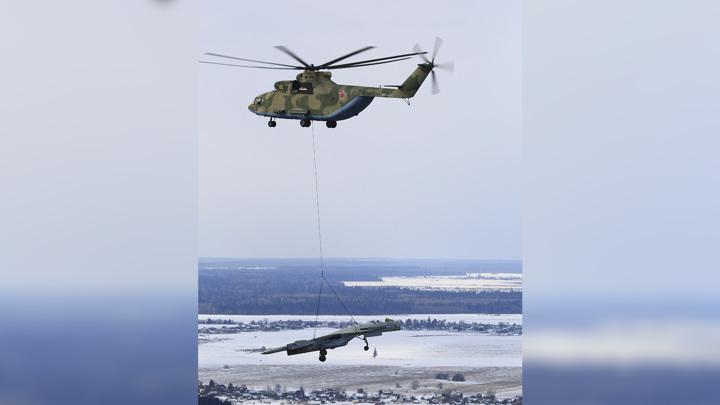 Тысячи килограммов на тросе. Вертолет Ми-26 перенес истребитель Су-27