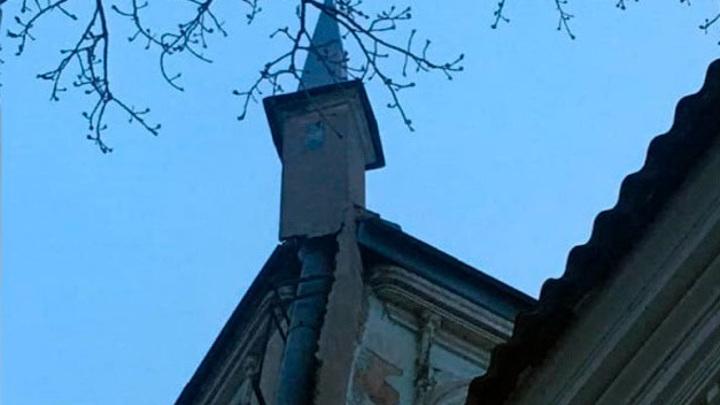 В Самаре у объекта культурного наследия сносит башню