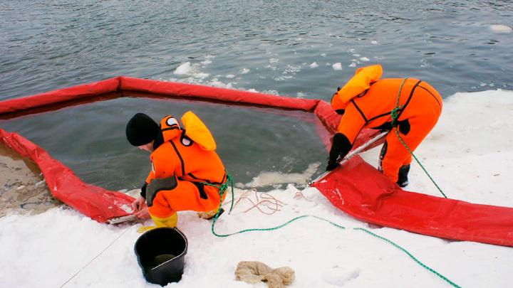 Для ликвидации нефтяного пятна на реке Уфе установили боновые ограждения