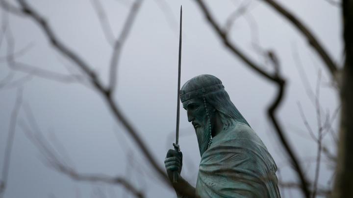 Афганец повредил памятник сербскому правителю работы российского скульптора