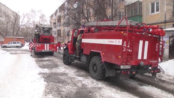 В Екатеринбурге тушат кровлю многоквартирного жилого дома