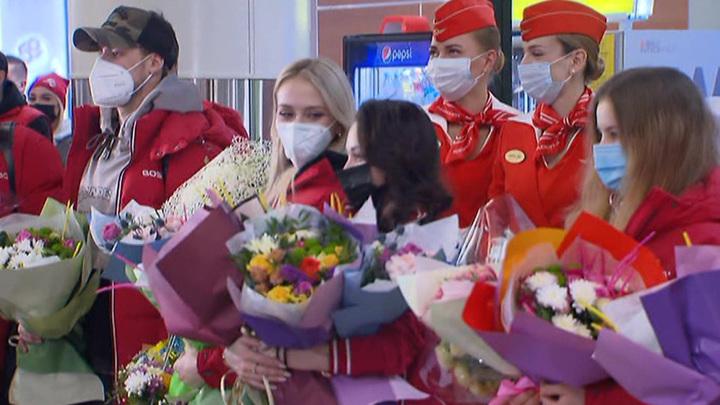 Российских фигуристов встретили гимном в Шереметьево
