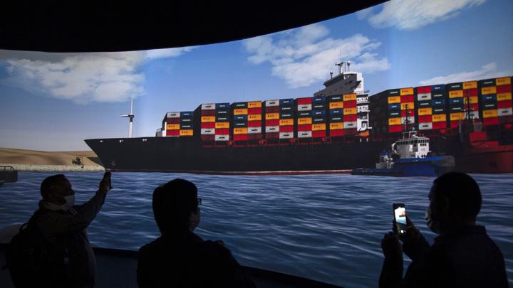 Ветер опять развернул контейнеровоз поперек Суэцкого канала