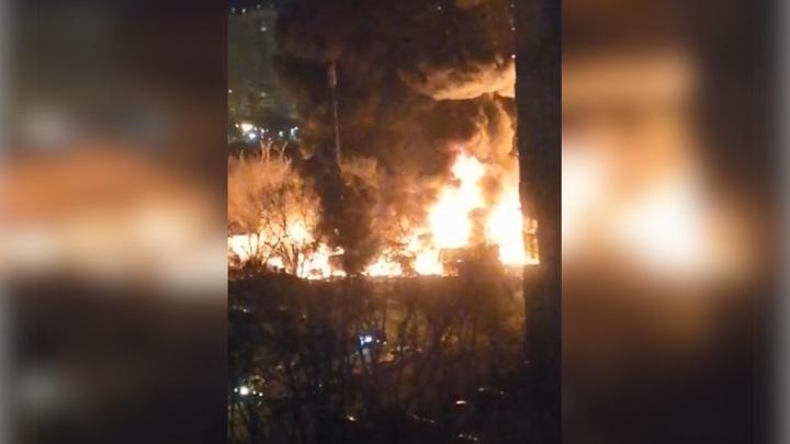 Пожар в московской промзоне потушен, сгорело 25 грузовиков