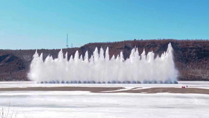 Больше тонны тротила использовали амурские спасатели во время подрывов льда