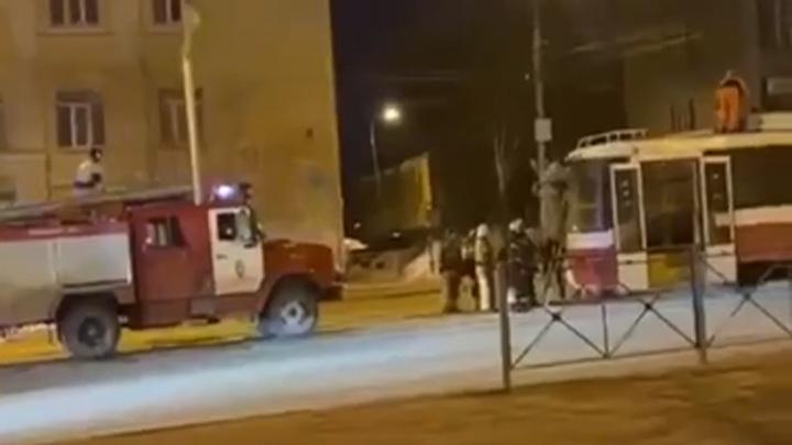 В Новосибирске помощь пожарных потребовалась водителю трамвая