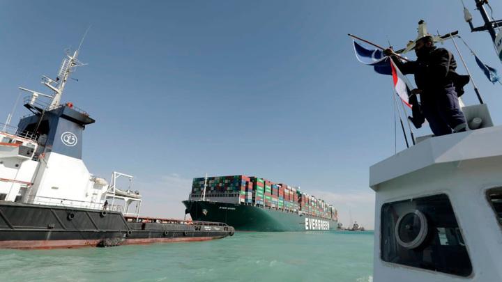 Все застрявшие из-за контейнеровоза суда прошли Суэцкий канал