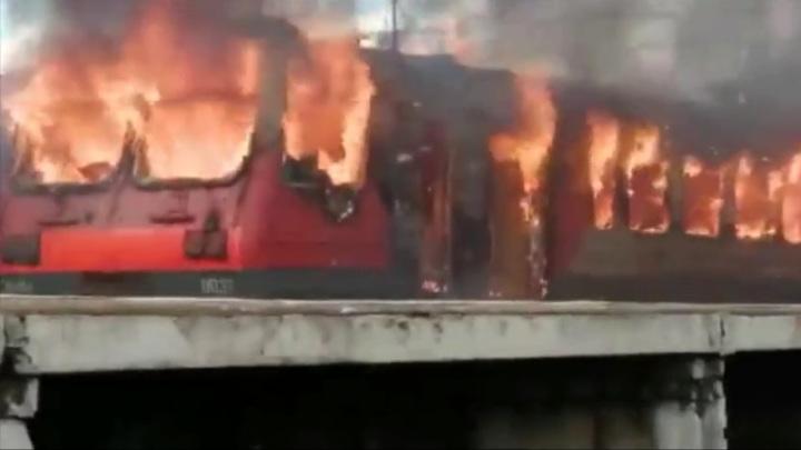 Электричка сгорела в Калужской области, пассажиры спаслись. Видео