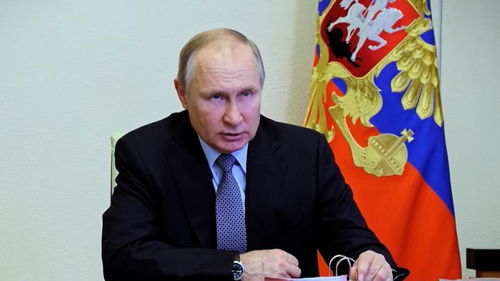 """Президент РФ поручил увеличить доходы граждан в """"отстающих"""" регионах"""