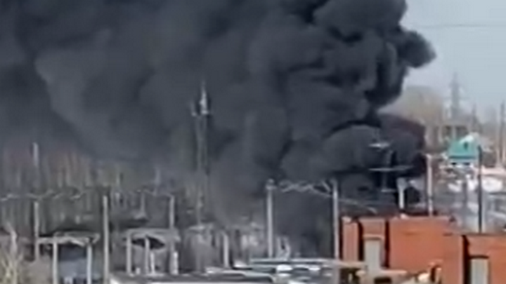 В Новосибирске горит подстанция, есть угроза разлива масла