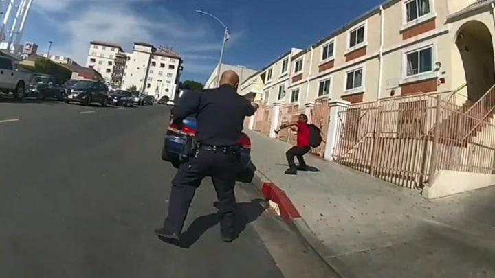 В Калифорнии полицейские застрелили мужчину, бросившего в них молоток