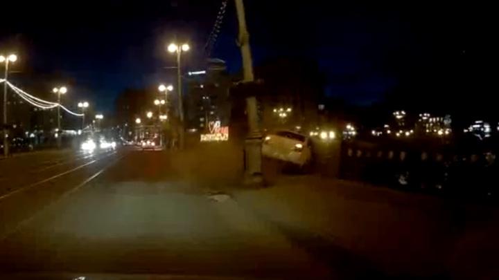 Машина под управлением пенсионерки упала с моста во Владикавказе. Видео