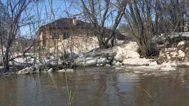 Паводок в Татарстане уводит под воду мосты и дороги